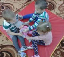 Малыши играют