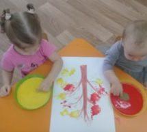 Нетрадиционное рисование «Красивые листочки» в первой младшей группе.
