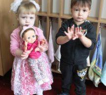 Малыши учат куклу мыть ручки