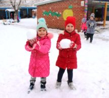 Как детвора радуется зимней прогулке…
